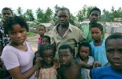 Vrouwen en jonge geitjes in mosambique Stock Afbeelding