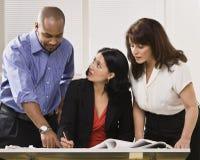 Vrouwen en Man die in Bureau werken Royalty-vrije Stock Afbeeldingen