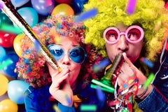 Vrouwen en mannen die bij partij voor nieuw jarenvooravond of Carnaval vieren stock afbeeldingen