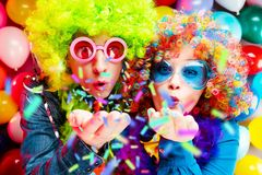 Vrouwen en mannen die bij partij voor nieuw jarenvooravond of Carnaval vieren stock afbeelding