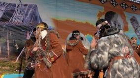 Vrouwen en mannen in het nationale dansen van Kamchatka van kledings inheemse inwoners stock videobeelden