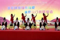 Vrouwen en mannen sprong uighur dans Royalty-vrije Stock Afbeeldingen