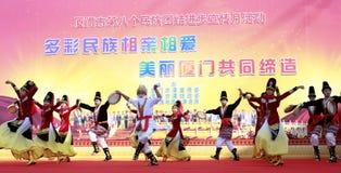 Vrouwen en mannen sprong uighur dans Royalty-vrije Stock Afbeelding
