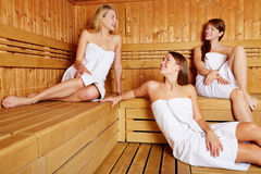 Vrouwen in en sauna die ontspant spreekt royalty-vrije stock afbeelding