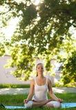 Vrouwen en Yoga Stock Afbeeldingen