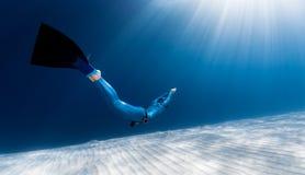 Vrouwen freediver glijdende bewegingen over zandige bodem royalty-vrije stock foto's