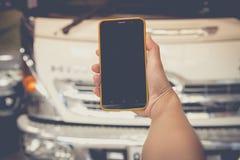 Vrouwen gebruiken mobiel in huis Royalty-vrije Stock Foto's