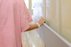 Vrouwen geduldige hand die aan leuning in het ziekenhuis houden Royalty-vrije Stock Fotografie
