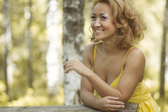 Vrouwen in geel royalty-vrije stock afbeeldingen