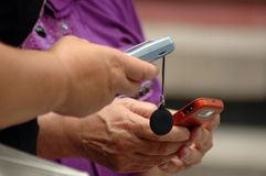 Vrouwen gelezen SMS stock foto