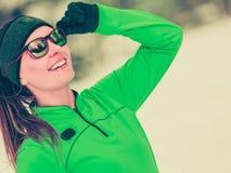 Vrouwen geschikte sport model opleiding openlucht op koude dag stock afbeelding