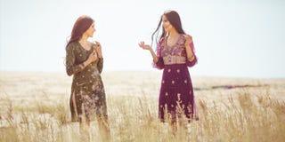 Vrouwen gevonden oase in woestijn stock foto's