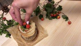 Vrouwen gezette bergbraambes bovenop pannekoeken stock video