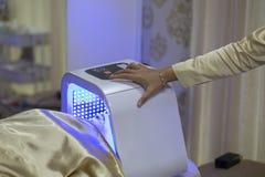 Vrouwen gezichtsbehandeling met Lasergezicht, Schoonheidssalons, health spa behandelingen voor de producten van de huidzorg, Conc stock foto