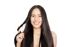 Vrouwen gezond lang haar die haar haar houden Stock Foto