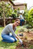 Vrouwen gravend gat Stock Afbeelding