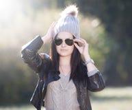 Vrouwen grijze hoed, zwart leerjasje Royalty-vrije Stock Fotografie