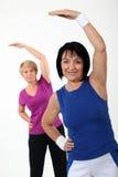 Vrouwen in gymnastiekklasse Stock Foto's