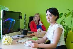 Vrouwen het bedrijfsbureau drinken koffiepauze Stock Foto's