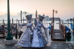 Vrouwen in het Kostuum en het Masker van Carnaval Royalty-vrije Stock Afbeelding