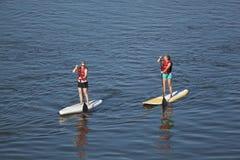 Vrouwen het paddleboarding Royalty-vrije Stock Afbeelding