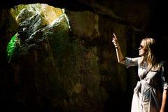 Vrouwen het richten en gat in het oude hol - zonlicht stock afbeelding