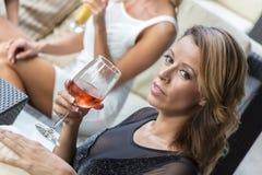 Vrouwen het roddelen Stock Foto's