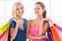 Vrouwen het winkelen. Stock Afbeelding