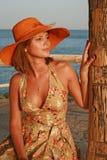 Vrouwen in hoed op het strand royalty-vrije stock foto's