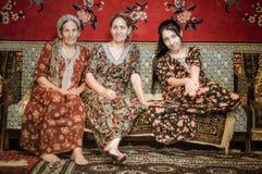 Vrouwen in kleurrijke kleding in Turkmenistan Royalty-vrije Stock Afbeeldingen