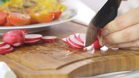 Vrouwen kokend ontbijt stock videobeelden
