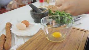 Vrouwen kokend ontbijt stock video