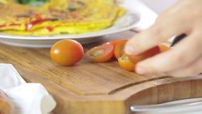 Vrouwen kokend ontbijt stock footage