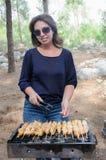 Vrouwen kokend vlees op draagbare barbecue Royalty-vrije Stock Afbeelding