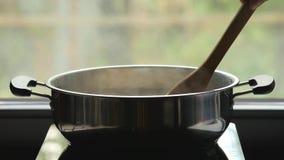 Vrouwen kokende macaroni stock video