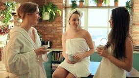 Vrouwen in kuuroord stock footage