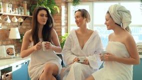 Vrouwen in kuuroord stock video