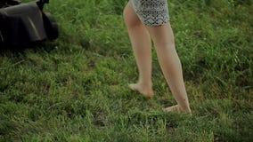 Vrouwen maaiend gras met een grasmaaimachine stock footage