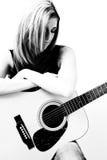 Vrouwen met accoustic gitaar Royalty-vrije Stock Afbeeldingen