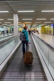 Vrouwen met bagage in luchthaven royalty-vrije stock afbeeldingen