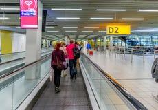 Vrouwen met bagage in luchthaven royalty-vrije stock afbeelding