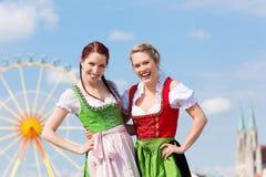 Vrouwen met Beierse dirndl op fesival Royalty-vrije Stock Foto