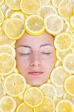 Vrouwen met citroenen op gezicht Royalty-vrije Stock Foto's