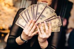 Vrouwen met contant geld in haar handen Stock Afbeeldingen