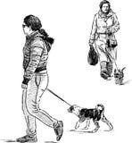 Vrouwen met de honden Stock Afbeeldingen
