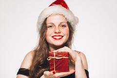 Vrouwen met een gift in rood nieuw die het jaarportret van GLB op wit wordt geïsoleerd Stock Foto's