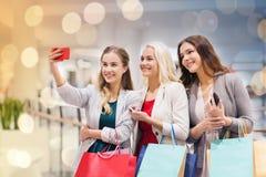 Vrouwen met en smartphones die selfie winkelen nemen Royalty-vrije Stock Afbeelding