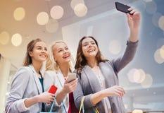 Vrouwen met en smartphones die selfie winkelen nemen Royalty-vrije Stock Foto's