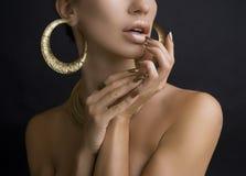Vrouwen met Gouden Samenstelling, Handen met Gouden Manicure Make-up, B stock afbeelding