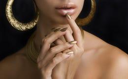 Vrouwen met Gouden Samenstelling, Handen met Gouden Manicure Make-up, B stock foto's